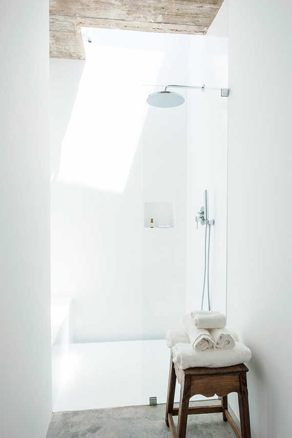 Bathrooms with skylight. Atelier RUA