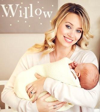 Foto de Kimberly Wyatt cargando a su bebé