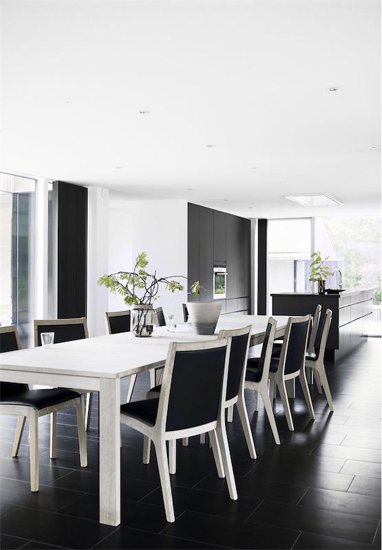mesa comedro en blanco con sillas madera blanca casa de diseño escandinava chicanddeco