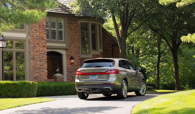 Rear 3/4 view of 2016 Lincoln MKX