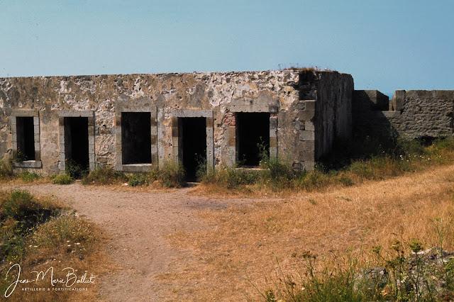 Fort d'Arboulé (la Varde). Vestiges du corps de garde du 17e s.