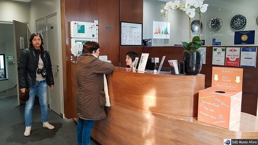 Recepcionista Letícia no Art Hotel Eiffel - Diário de Bordo - 3 dias em Paris