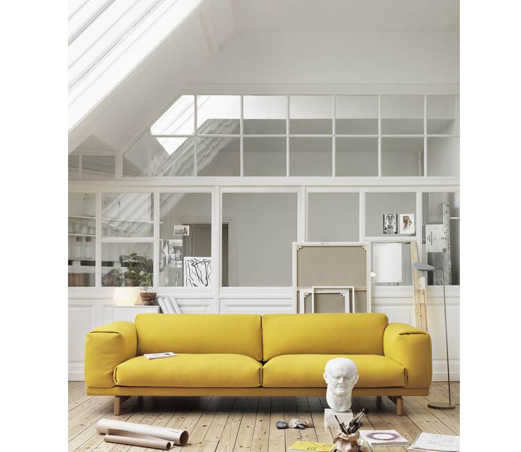 Accostamento divano giallo con locale di colore bianco