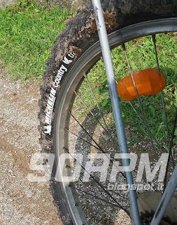 Foto di una ruota da bicicletta con copertone Michelin Country Trail