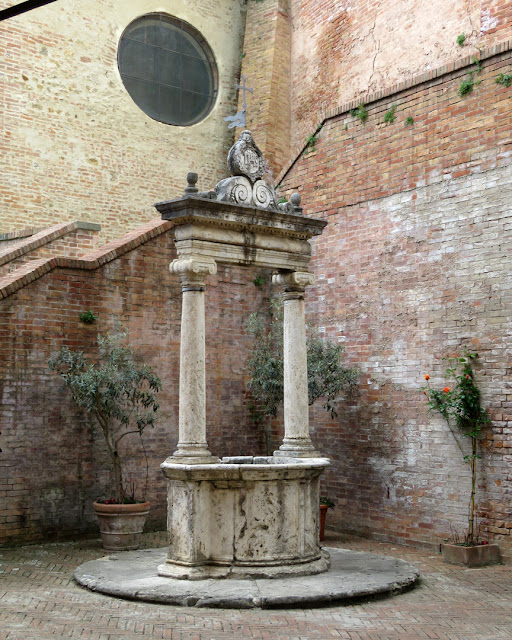 Monumental marble well in the courtyard, Santuario di Santa Caterina (Shrine of Saint Catherine), Costa di Sant'Antonio, Siena