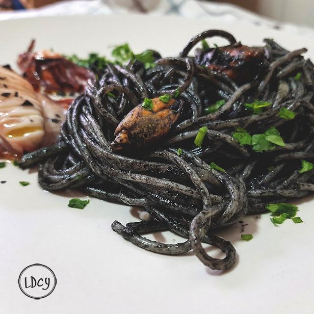 Espaguetis Con Tinta De Sepia, Mejillones Y Calamar/ Spaghetti With Cuttlefish Ink, Mussels And Squid