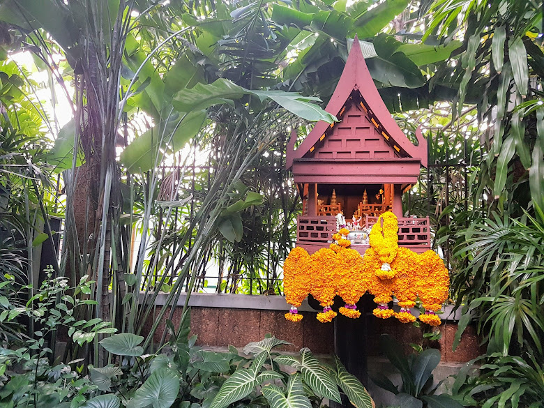 經由導覽小姐的介紹,才知道這是土地公廟,鮮花是供奉給神的必備品
