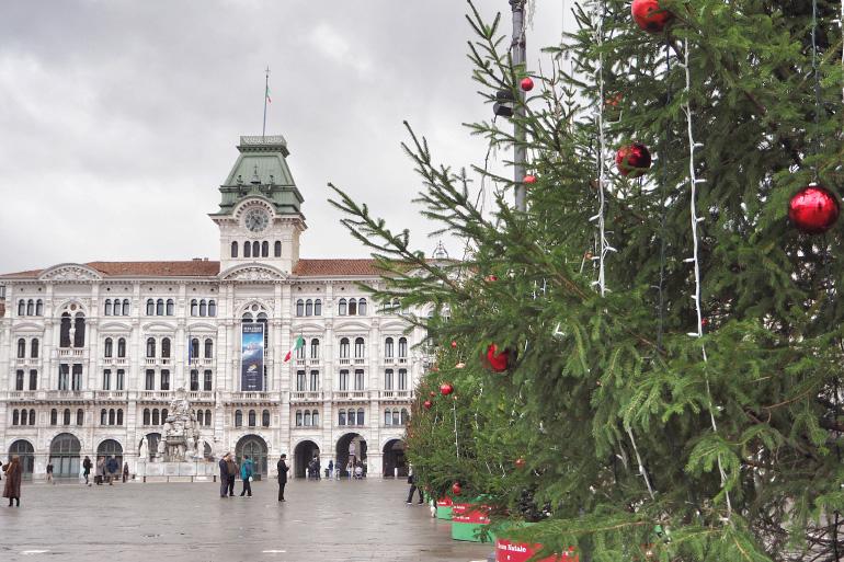 Place de Trieste, en Italie, avec les décorations de Noël