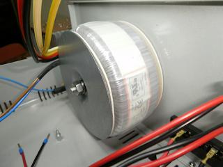 Transformador toroidal instalado na vertical.