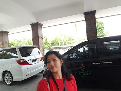 Mejeng didepan Westlake Resort Yogyakarta