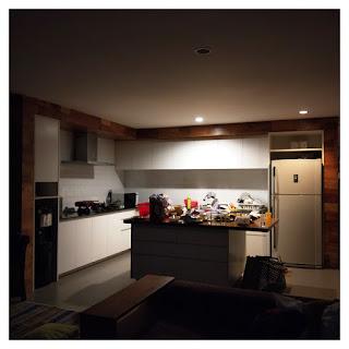 dapur utama minimalis kekinian - villa maria dago village bandung