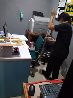 ngepel lantai kantor
