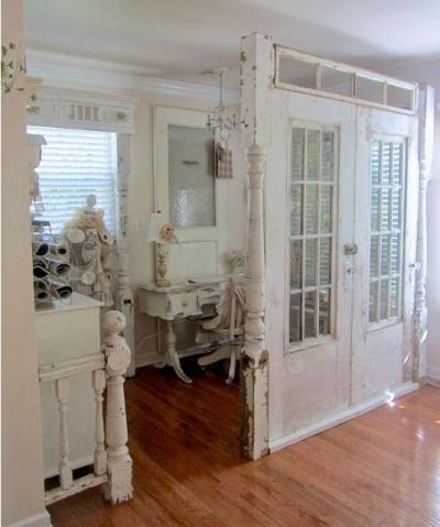 memanfaatkan pintu bekas sebagai partisi atau pemisah ruangan atau room divider.