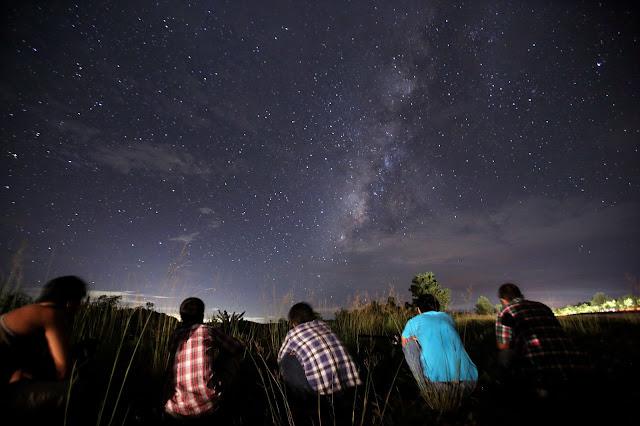Sekelompok orang di Myanmar menunggu Hujan Meteor Perseid