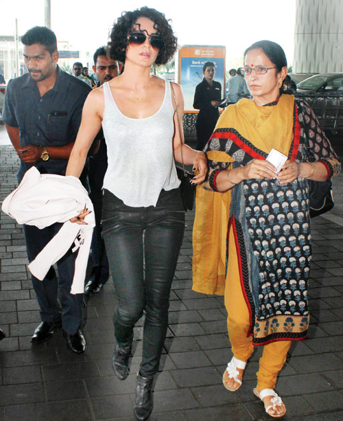 CAUGHT: KANGANA RANAUT WITH HER MOM AT MUMBAI AIR TERMINAL - KANGANA WITH HER MOTHER  - KANGANA LATEST STILLS - BOLLYWOOD NEWS