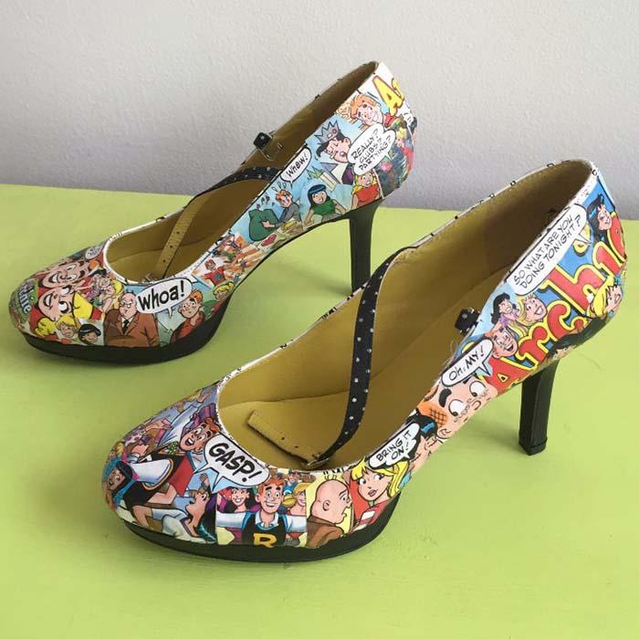 çizgi roman baskılı topuklu ayakkabı