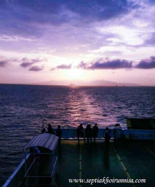 Suasana indah di kapal Ferry saat sore tiba