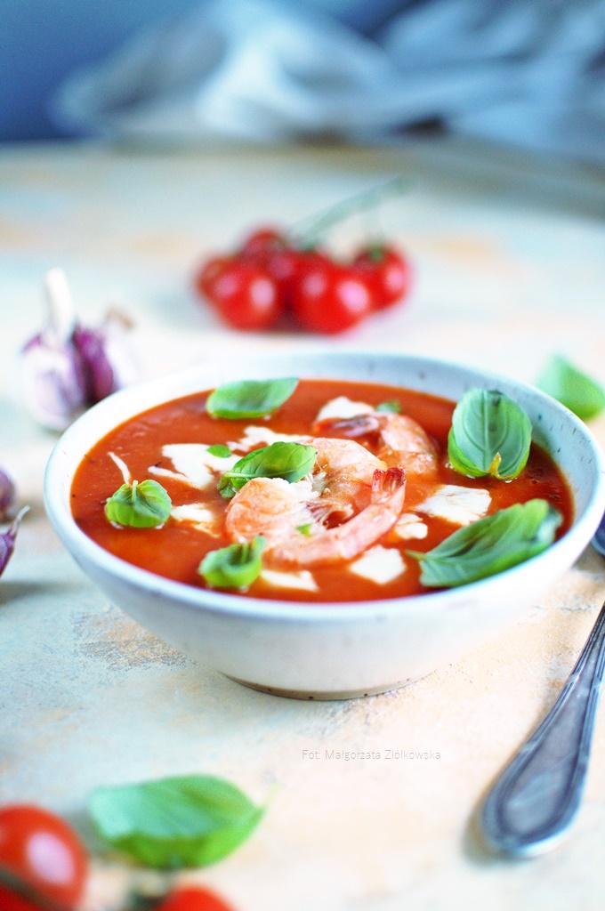 Krem pomidorowy z mozzarellą i krewetkami