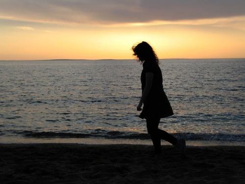 #PraCegoVer: Solitário caminhar.