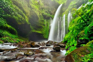 Air terjun Sendang Gile Lombok dengan bebatuan dibawahnya