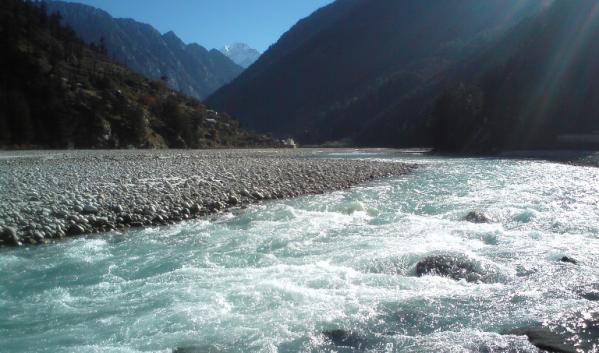 CPCB Guidelines for Water Quality Monitoring: अगर आप गंगा में डुबकी लगाने जा रहे हैं तो एक बार pollution control board India (CPCB) की वेबसाइट पर जाकर इसकी पुष्टि लें। की जिस जगह आप नहाने जा रहें हैं क्या वह सम्बंधित जगह नहाने लायक है भी या नहीं। CPCB: guidelines for ambient water quality monitoring के मुताबिक, Gangotry से Haridwar तक ही गंगा का जल नहाने योग्य है। इसके आगे उत्तर प्रदेश , बिहार और पश्चिम बंगाल में एक या दो स्थानों को छोड़कर कहीं भी गंगा का पानी नहाने लायक नहीं बचा है। National Green Tribunal  शक्ति के बाद अब सिगरेट के पैकेट पर दी जाने वाली चेतावनी की तरह CPCB की वेबसाइट के जरिये लोगों को Online  ही आगाह किया  रहा है। की गंगा में किस किस जगह पर पर पानी डुबकी लगाने योग्य है  की नहीं। जल्द ही मैदानों में इसको लेकर चेतावनी बोर्ड लगाए जायेंगे।