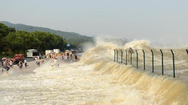 Detik Detik Ombak Menyapu Para Pengunjung Di China