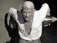 Kahraman Seyit Onbaşı'nın sırtında kaldırdığı top mermisi ile bir balmumu heykeli