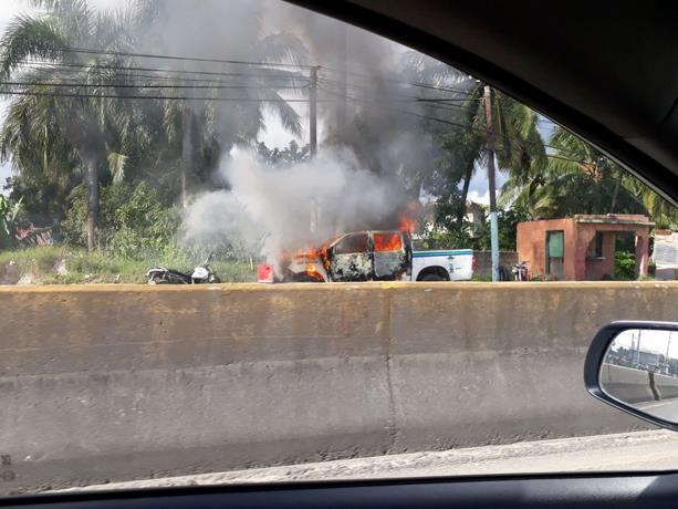 Incendian camioneta de la AMET en el sector El Valiente, Boca Chica