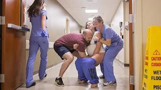El dramático momento en que una embarazada da a luz en un pasillo