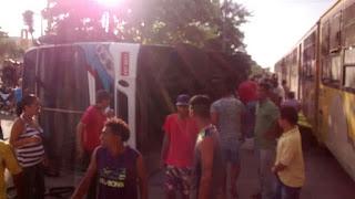 Duas pessoas morrem e dezenas ficam feridas após trem colidir com ônibus na PB
