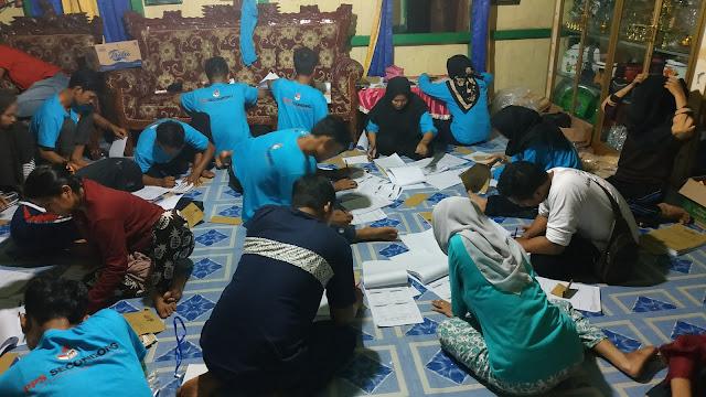 Suasana pengisian salinan C1 yang dilakukan petugas KPPS Desa Secondong, Kec. Pampangan Kab. OKI yang bekerja 24 jam lebih tanpa istirahat. (doc. Pribadi: Oom Lim)