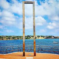 escultura La porta d'Eos en Villacarlos Francesc Calvet pintura