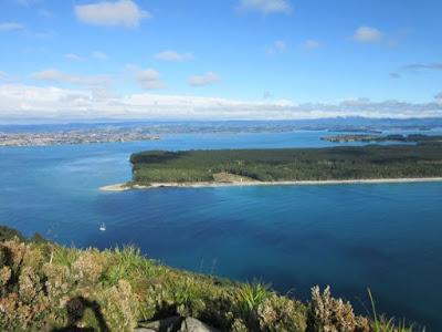Vistas del puerto y centro de Tauranga, y la isla Matakana desde Mount Maunganui, Nueva Zelanda