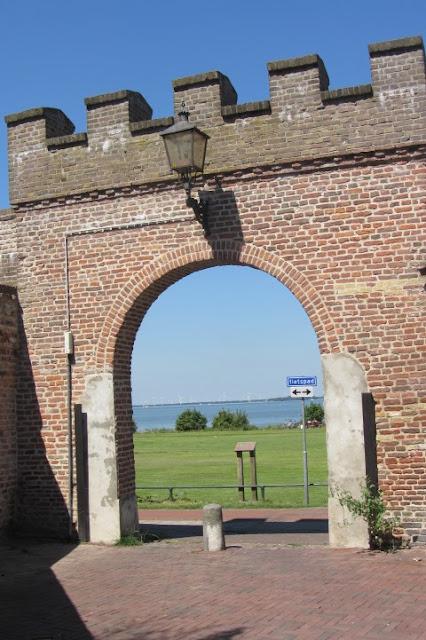 Harderwijk, poortje in stadsmuur