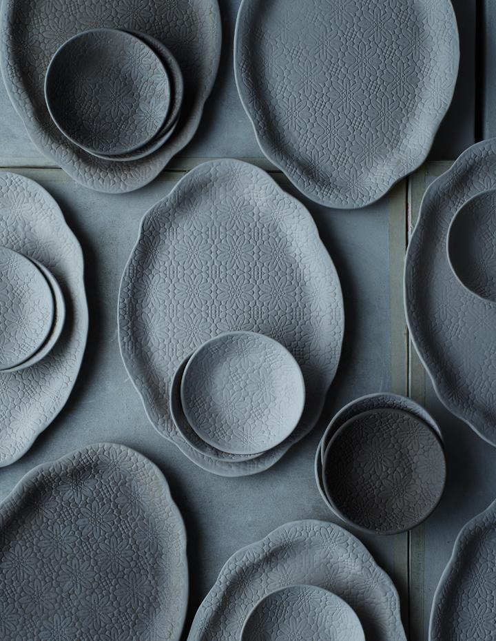 leuchtend grau interior magazin celebrating soft minimalism geschirr aus grauem ton. Black Bedroom Furniture Sets. Home Design Ideas