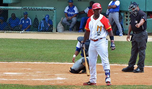 Jefferson Delgado continúa como líder de los bateadores y con astronómico 427
