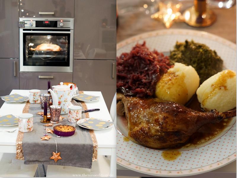 weihnachtliche Teetafel und Teller mit Weihnachtsgans, Rotkohl, Grünkohl und Klössen