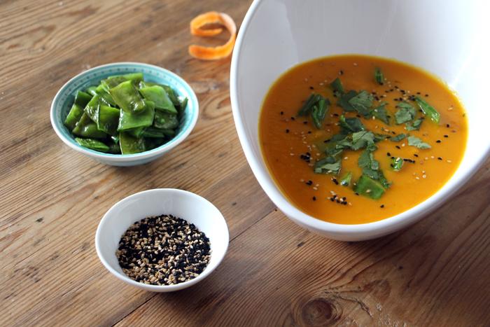 Zuckerschoten und Karotten-Ingwer-Suppe mit Sesam