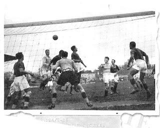 Bologna - Chelsea 4-1, una fase di gioco in area rossoblù.
