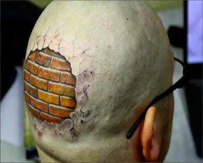 Tatuaje con una cabeza dura efecto de ladrillo