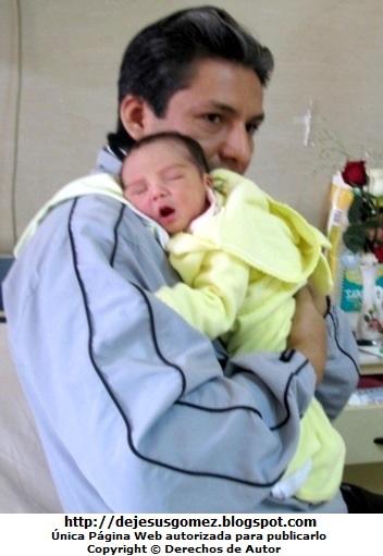 Foto de bebe mujer recien en los brazos de su papá. Foto de bebé tomada por Jesus Gómez