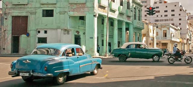 Vieilles voitures américaines à un carrefour au centre de La Havane