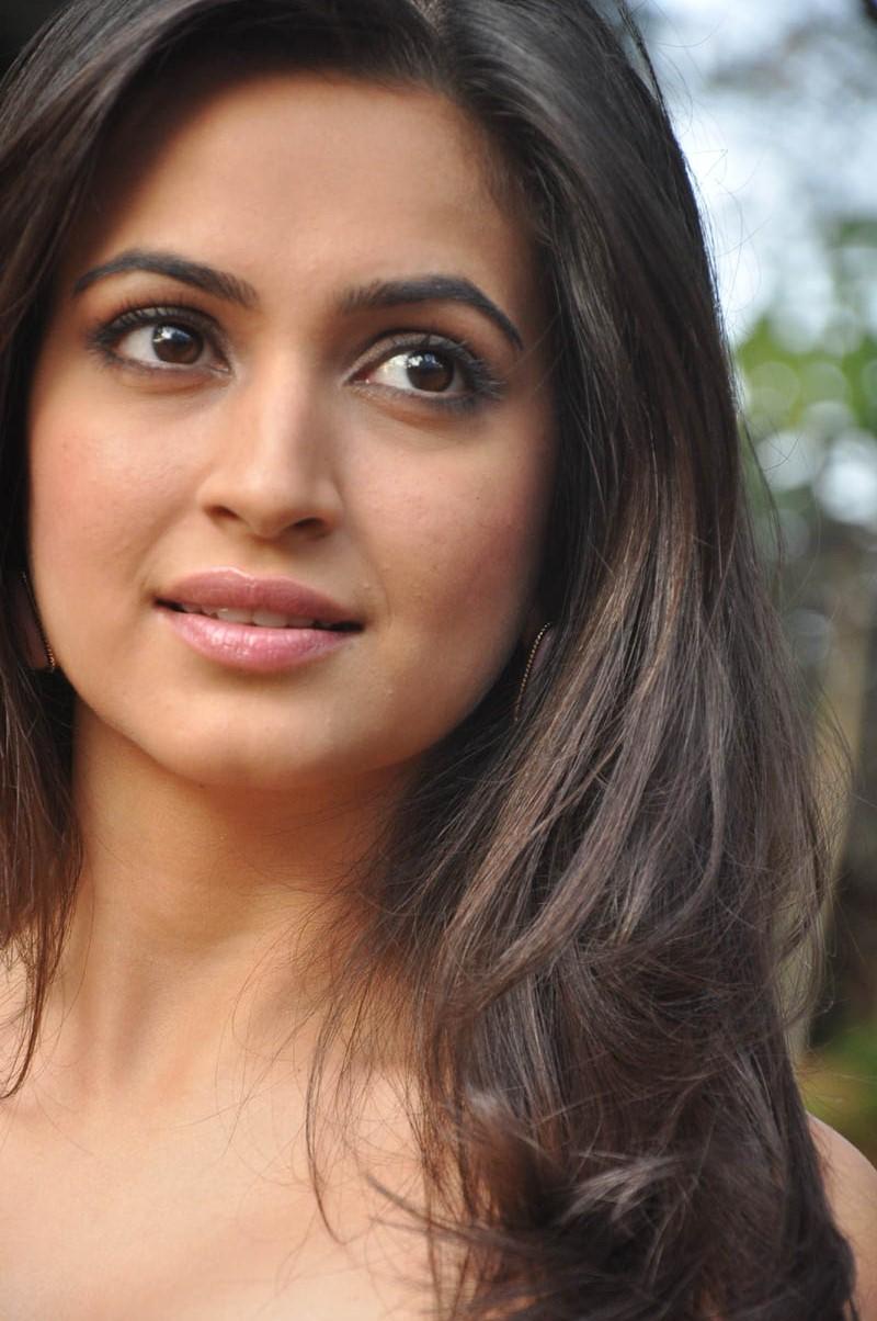 Actress kriti kharbanda latest hot photo shoot stills