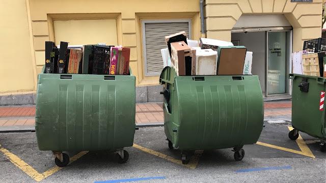 Contenedores de basuras en la plaza del mercado