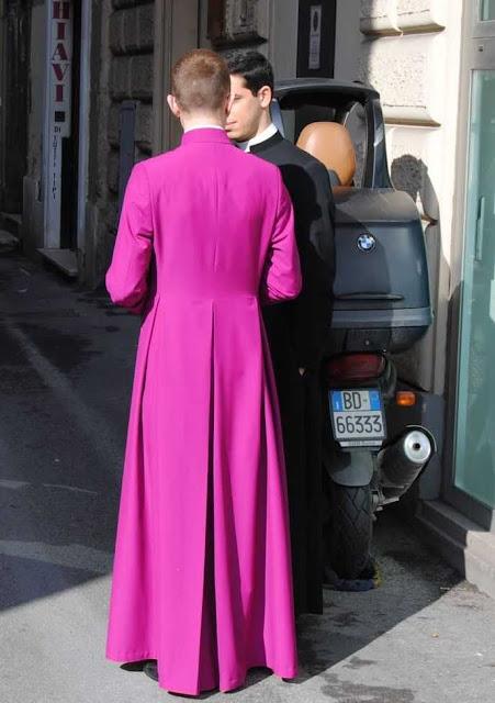 Cena em Roma: batina contradiz maus costumes