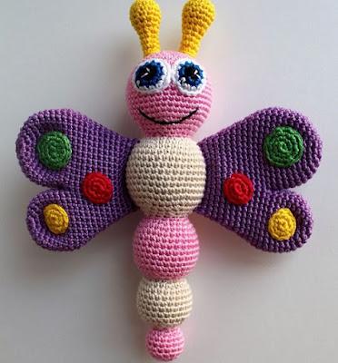Вязаная бабочка-погремушка