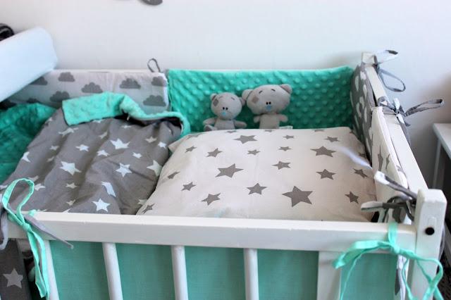 Pokój dla dziecka z sypialnią rodziców. Biały, szary i mięta. Jak urządzić pokoik dla dziecka. Malutki pokoik dla dziecka. Malowanie łóżeczka na biało. DIY Bedroom. Pościel do łóżeczka minky. Literki z imieniem DIY