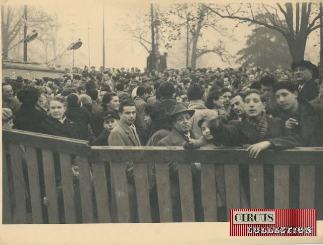 La foule devant l'entrée du Cirque  Darix Togni 1954