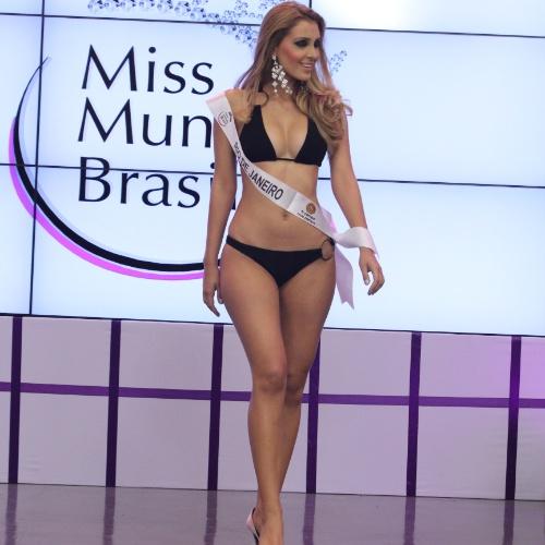 Mariana Notarângelo desfila com traje de banho