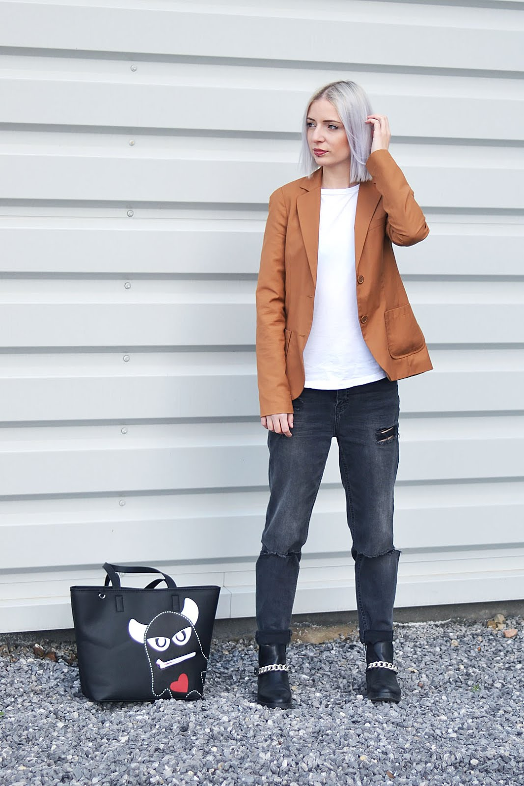 ootd, camel blazer, bershka, white baseball top, asos, h&m, ripped jeans, zara, chain boots, monster bag, esprit, belgian fashion blogger, belgische mode blogger